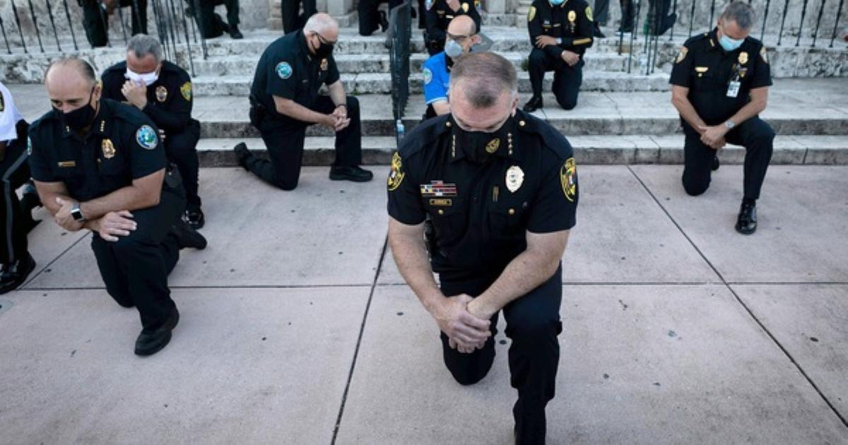 Nhiều cảnh sát Mỹ bất ngờ bỏ dùi cui, quỳ gối đồng hành cùng người biểu tình để tưởng niệm nạn nhân bị cảnh sát chẹt cổ chết