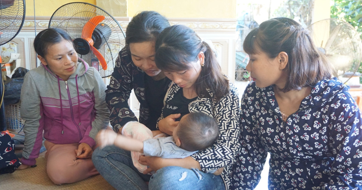Bố mẹ, anh trai chết vì TNGT: Bé 6 tháng tuổi được nội bế đi xin sữa