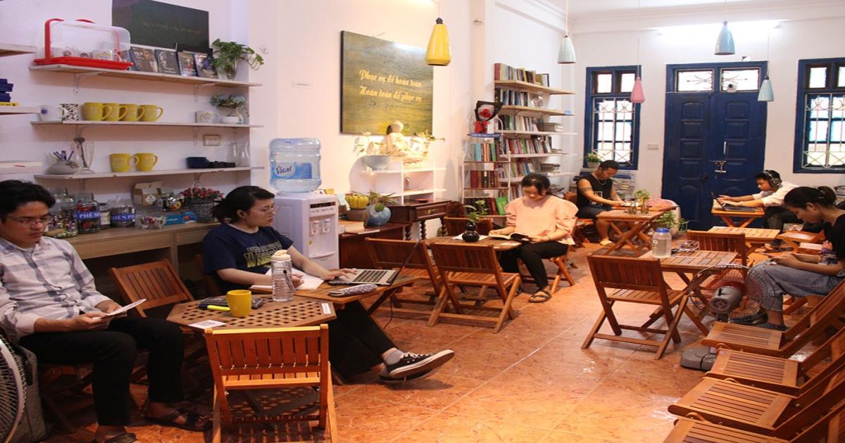 Thư viện sách miễn phí người đọc còn được phục vụ cả bánh, cà phê