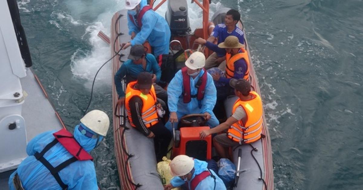 Cứu thành công 13 ngư dân trên tàu cá bị chìm do đâm va vào đá tại vùng biển Đà Nẵng