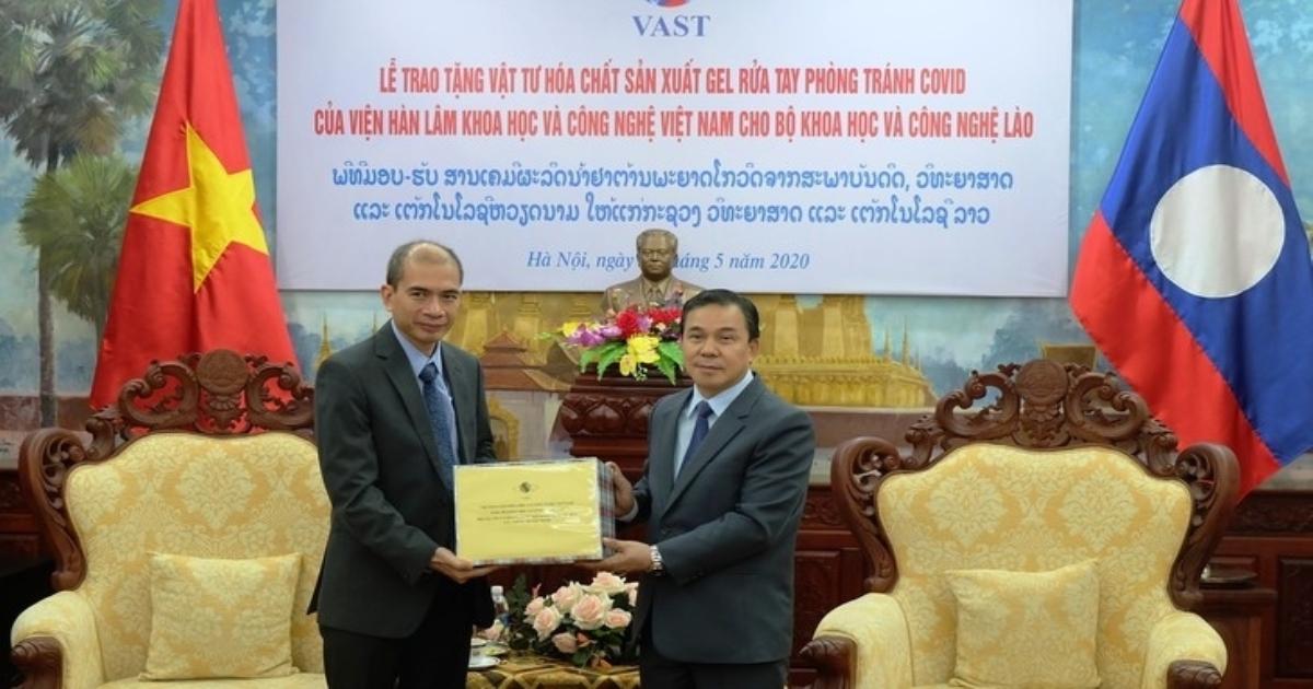 Việt Nam tặng vật tư hóa chất để Lào sản xuất 7 tấn gel rửa tay khô chống COVID-19