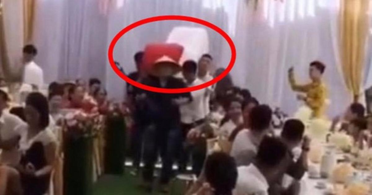 Cả hôn trường ngã ngửa khi bạn bè chú rể khiêng quà cưới vào tặng, nhiều chi tiết độc - lạ khiến bao người bức xúc thay cho nhân vật chính