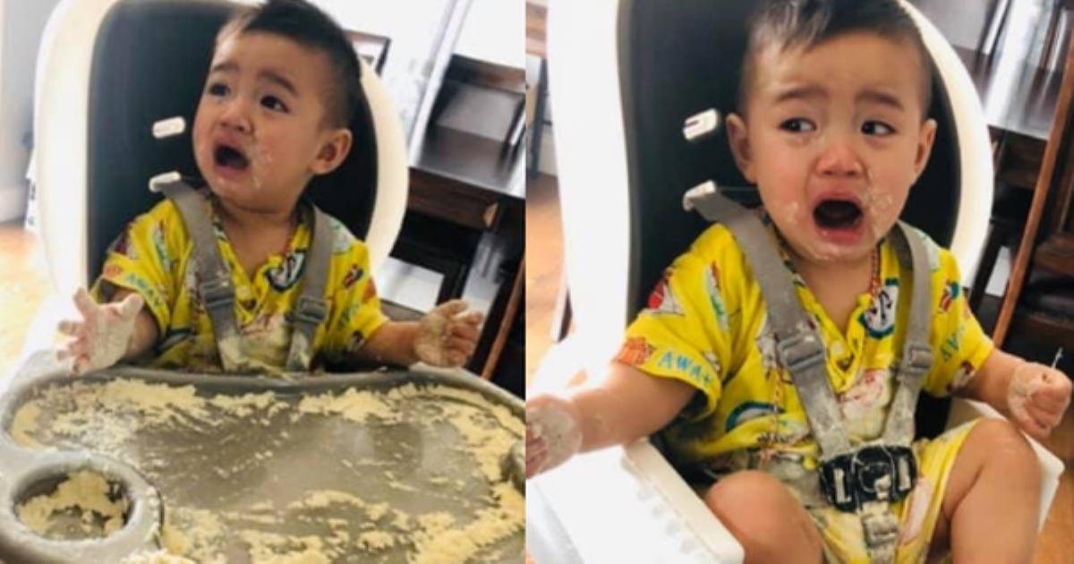 Đưa hộp sữa cho con chơi để đi nấu cơm, lát sau mẹ trở tay không kịp với hậu quả, nhưng phản ứng của cậu bé mới buồn cười