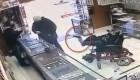 Clip gã trai bại não liệt 2 tay ngồi xe lăn dùng chân cầm súng cướp cửa hàng