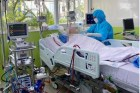 Phi công người Anh bất ngờ tỉnh táo, tiếp xúc được với nhân viên y tế