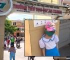 Học sinh đứng ngoài cổng trường trời nắng: Phụ huynh đang có xu hướng đẩy con đi học sớm?