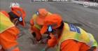 Công nhân túm tụi cân bụi trên đường, hé lộ quy định cực khắt khe về nghề vệ sinh môi trường ở Trung Quốc