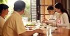 Bữa cơm ra mắt vui vẻ cho đến khi chàng trai gắp thức ăn cho bố vợ tương lai, chị em lắc đầu chỉ ngay cái sai phải sửa