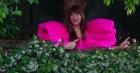 Không thả dáng trên thảm đỏ cũng chẳng chụp photoshoot, mỹ nhân 50 Sắc Thái diện siêu phẩm đầm hồng của NTK Công Trí để ra vườn tưới cây