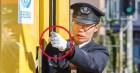 Người lái tàu điện tại Nhật Bản có một thói quen ai nhìn cũng tưởng bất lịch sự, nhưng thực chất mục đích phía sau thì cực kỳ quan trọng