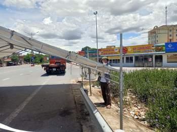 Báo GD&TĐ hỗ trợ dựng rạp chống nắng tại các chốt phong tỏa