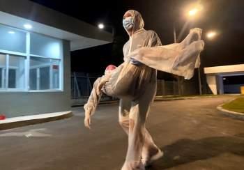 Nữ y sĩ ngất xỉu đêm giao thừa vì kiệt sức trong khu cách ly phòng Covid-19 - 1