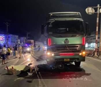 Xe đầu kéo ủn xe máy trên đường, 2 người thương vong - Ảnh 1.