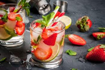 Mocktail: Mocktail, hay còn gọi là thức uống hỗn hợp không cồn, là một lựa chọn tuyệt vời cho những người thích tiệc tùng nhưng lại không muốn uống rượu bia. Mocktail có hương vị không quá khác biệt so với cocktail, nhưng hoàn toàn không chứa cồn, do đó là một lựa chọn thay thế lành mạnh hơn./.