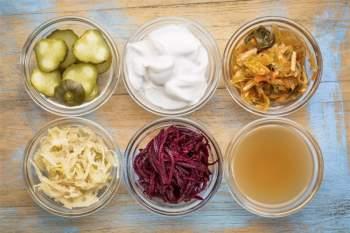 Các loại thực phẩm lên men: Sức khỏe đường ruột luôn là vấn đề quan trọng cần cân nhắc khi ăn uống, và các loại thực phẩm lên men như kimchi hay dưa muối là một giải pháp tuyệt vời cho vấn đề này.