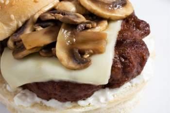 Nấm: Nấm ăn cũng được dự kiến sẽ trở nên thịnh hành trong năm 2021. Các loại nấm ăn nổi tiếng với công dụng tăng cường sức khỏe tim mạch và kháng viêm, nhờ có hàm lượng chất xơ, vitamin và chất chống oxy hóa dồi dào. Nấm còn giàu protein, do đó rất có lợi cho kế hoạch giảm cân của bạn.