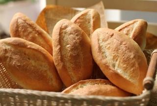 Dùng nước và lò vi sóng giúp làm mềm bánh mì
