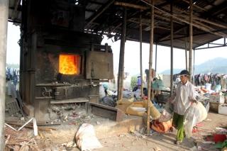 Lò đốt rác thải sinh hoạt cỡ nhỏ tại xã Khánh Sơn, huyện Nam Đàn (Nghệ An) mới hoạt động được vài năm nhưng nhiều người dân đã kêu ca vì hít phải khói.