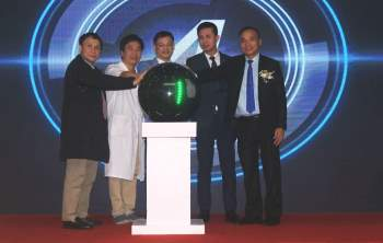 Lãnh đạo Bệnh viện Trung ương Huế, Vietcombank Huế và các đại biểu thực hiện nghi thức khai trương giải pháp thanh toán dịch vụ y tế trực tuyến.