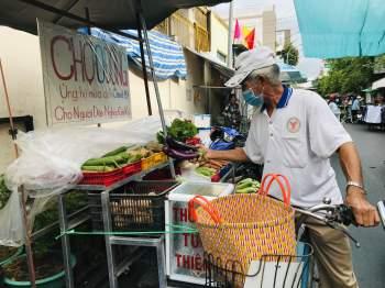 Chợ 0 đồng san sẻ với người lao động nghèo chật vật mùa Covid-19  - ảnh 1