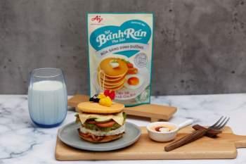 Bữa sáng đầy năng lượng cho cả nhà với hamburger bánh rán với thịt xông khói, trứng, phô mai, cà chua và rau xanh