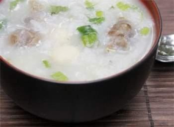 Cháo hạt sen nấu cùng bắp bò nóng hổi, thơm ngon và rất tốt cho những người bị mất ngủ.