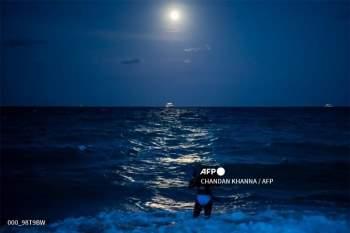 Siêu trăng hồng thắp sáng bãi biển Miami (Mỹ).