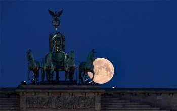 Mặt trăng tròn phía sau Cổng Brandenburg, Đức.