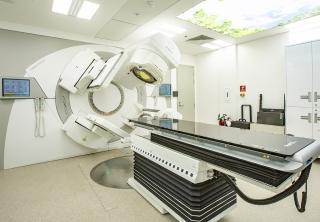 Công nghệ xạ trị VMAT tiên tiến giúp rút ngắn thời gian xạ trị, góp phần bảo tồn được các mô lành, giảm tác dụng phụ.