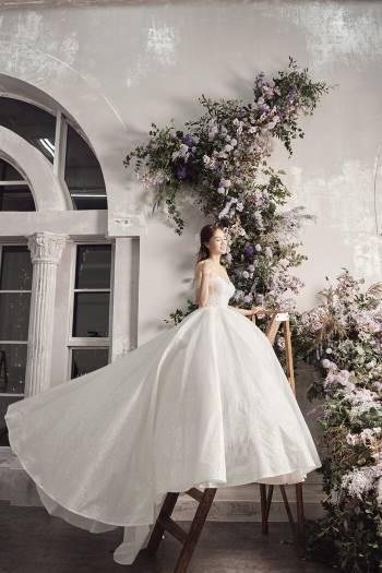 Á hậu Thuỵ Vân và bạn gái NSND Công Lý hóa cô dâu đẹp lộng lẫy Ảnh 4