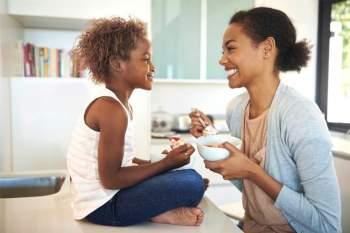 Hạnh phúc hơn: Nghiên cứu cho thấy những người dậy sớm (vào lúc 7h sáng hoặc sớm hơn) hạnh phúc, vui vẻ và tỉnh táo hơn tới 25%. Đó là bởi đồng hồ sinh học của họ sát với thời gian biểu chung của xã hội, và họ tiếp xúc với ánh nắng sớm nhiều hơn, nhờ đó giảm nguy cơ trầm cảm.