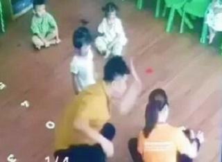 Hình ảnh trẻ bị phụ huynh hành hung ở Lào Cai (ảnh từ clip).