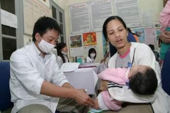 Để đảm bảo sức khỏe của trẻ, các bà mẹ cần theo dõi trẻ sau tiêm chủng.  Ảnh: Trần Minh