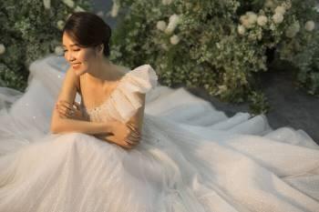 Á hậu Thuỵ Vân và bạn gái NSND Công Lý hóa cô dâu đẹp lộng lẫy Ảnh 16