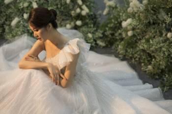 Á hậu Thuỵ Vân và bạn gái NSND Công Lý hóa cô dâu đẹp lộng lẫy Ảnh 15