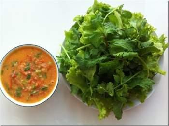 người mắc bệnh dạ dày ăn quá nhiều rau sống cũng là một sai lầm trong ăn uống hàng ngày