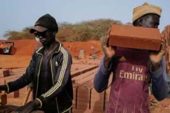 Sản xuất gạch đất tại nhà máy Elementerre ở Mbour, Senegal. Ảnh: Reuters.
