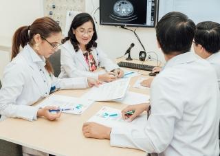 Các bác sĩ tham gia hội chẩn đa chuyên khoa nhằm đưa ra phác đồ điều trị phù hợp cho từng bệnh nhân.