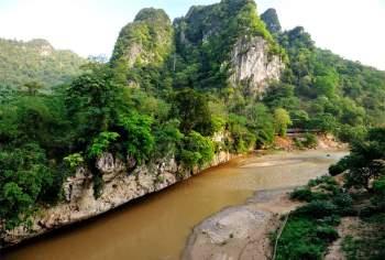 Sông Chu bắt nguồn từ vùng núi Houa (2.062m), Tây Bắc Sầm Nưa ở Lào; chảy theo hướng Tây Bắc - Đông Nam, đổ vào bờ phải sông Mã ở Ngã Ba Giàng (Ngã Ba Đầu, Ngã Ba Bông), cách cửa sông 25,5 km. Ảnh: Diem Dang Dung.