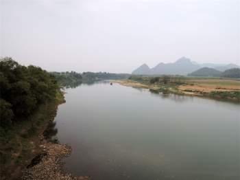 Ngày 2/12/2006, dòng sông Chu đã được chặn lại, luồng nước được dẫn tới hồ chứa nước thuỷ lợi - thuỷ điện Cửa Đạt (có dung tích lớn nhất ~ 1,45 tỉ m3 nước) để có nước tưới cho 87.000 ha đất nông nghiệp của tỉnh Thanh Hoá, đồng thời có thể phát điện với công suất 97 MW, phục vụ nước sinh hoạt cho cư dân các huyện miền xuôi và thành phố Thanh Hoá, cấp nước cho sông Mã vào mùa kiệt. Ảnh: Thanh Sơn HP.