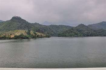 Diện tích lưu vực 7.580 km2, phần ở Việt Nam 3.010 km2; cao trung bình 790m, độ dốc trung bình 18,3%; mật độ sông suối 0,98 km/km2. Ảnh: Che Trung Hieu.