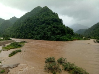 Quảng Trị: Nỗ lực tìm kiếm 2 người đàn ông bị nước cuốn mất tích khi chèo đò qua suối - Ảnh 1.