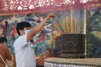 Rằm tháng Giêng Tân Sửu 2021: Hàng dài người Sài Gòn cầu an ở ngôi miếu cổ trên sông - ảnh 9