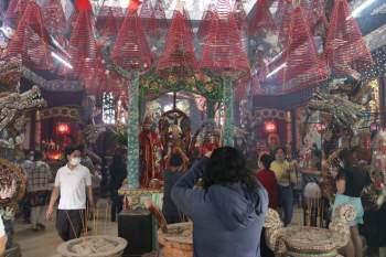 Rằm tháng Giêng Tân Sửu 2021: Hàng dài người Sài Gòn cầu an ở ngôi miếu cổ trên sông - ảnh 10
