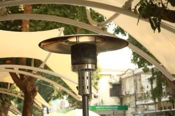 Trời Hà Nội rét sâu, nhiều cây sưởi ga được lắp giúp nhiều người ấm tại Bạch Mai - ảnh 1