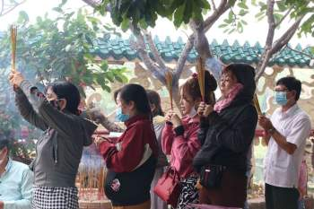 Rằm tháng Giêng Tân Sửu 2021: Hàng dài người Sài Gòn cầu an ở ngôi miếu cổ trên sông - ảnh 2