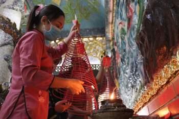 Rằm tháng Giêng Tân Sửu 2021: Hàng dài người Sài Gòn cầu an ở ngôi miếu cổ trên sông - ảnh 4