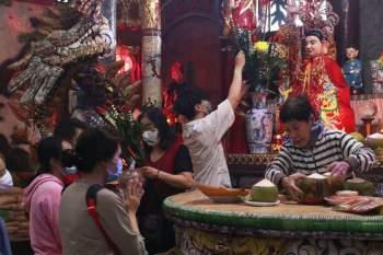 Rằm tháng Giêng Tân Sửu 2021: Hàng dài người Sài Gòn cầu an ở ngôi miếu cổ trên sông - ảnh 5