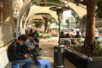 Trời Hà Nội rét sâu, nhiều cây sưởi ga được lắp giúp nhiều người ấm tại Bạch Mai - ảnh 5