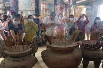 Rằm tháng Giêng Tân Sửu 2021: Hàng dài người Sài Gòn cầu an ở ngôi miếu cổ trên sông - ảnh 7